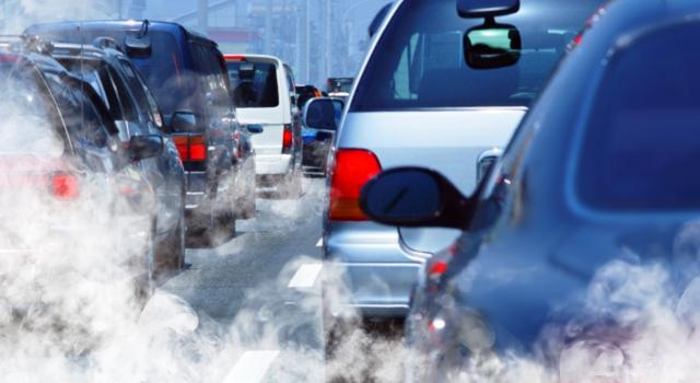 coches_humos_contaminacion_istock